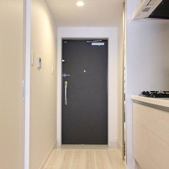 玄関 ※写真は1階の同間取り別部屋のものです。
