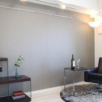 アクセントクロスが素敵※家具は展示物です ※写真は1階の同間取り別部屋のものです。