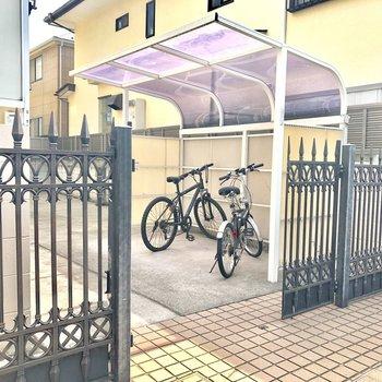 共用スペースその2。屋根付き駐輪場は自転車乗る方には嬉しいですね!