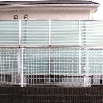 正面窓の眺望はマンションの塀