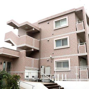 川の側に建つ3階建てのマンション