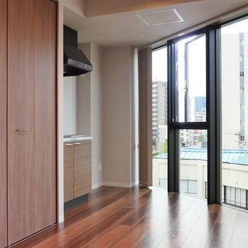 窓は北を向いています。 ※写真は5階の同間取り別部屋のものです