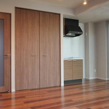玄関へのドア、収納、キッチンという並び。 ※写真は5階の同間取り別部屋のものです
