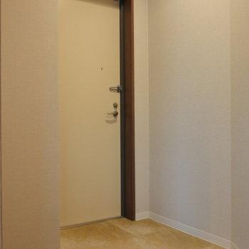 玄関には収納ありません。 ※写真は5階の同間取り別部屋のものです