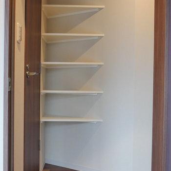 玄関収納はオープン。 ※写真は5階の同間取り別部屋のものです