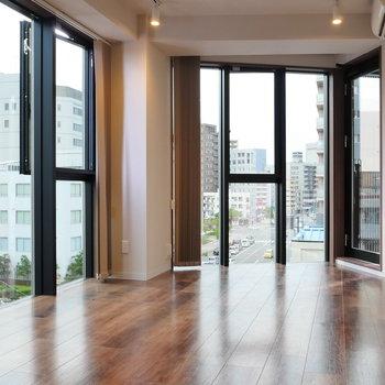 天井はライティングレール。 ※写真は5階の同間取り別部屋のものです