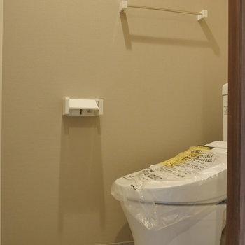 トイレは個室。 ※写真は5階の同間取り別部屋のものです