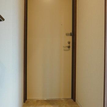 フラットな玄関部。 ※写真は5階の同間取り別部屋のものです