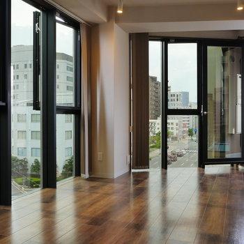 窓に囲まれて暮らす。 ※写真は5階の同間取り別部屋のものです