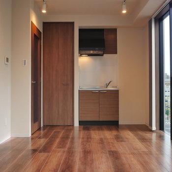 くるっと。 キッチンも明るそうですね。 ※写真は5階の同間取り別部屋のものです