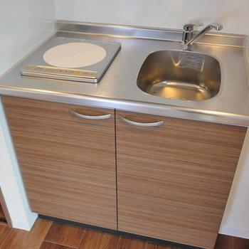 キッチンは一口コンロ。 ※写真は5階の同間取り別部屋のものです