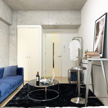 コンクリート壁がかっこいいお部屋です。※写真とは7階の同間取り別部屋のもの