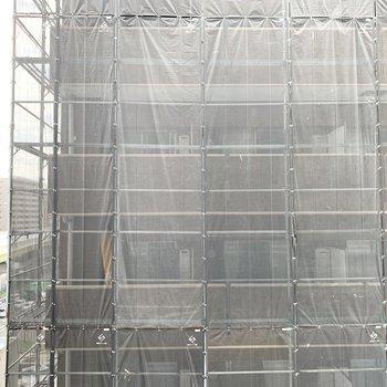 眺望はお隣様。ただいま外壁工事中の模様。