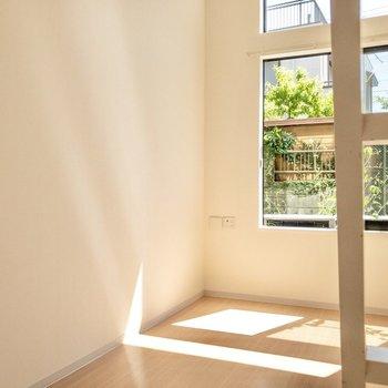 【居室】窓際に物干し受けがあります。