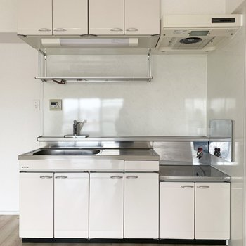 キッチンは収納たくさんでありがたい。(※写真は通電前のものです)