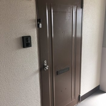 玄関ドアもきれいになってますよ