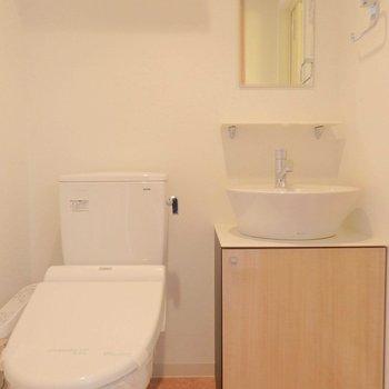 トイレはウォシュレット付きです。※写真は12階の反転間取り別部屋のものです。