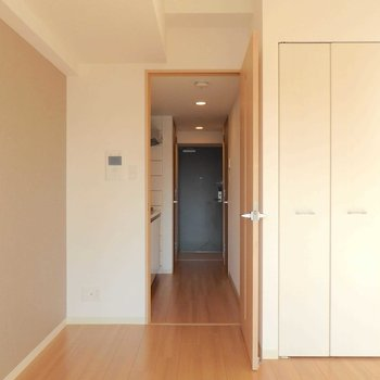 玄関までは一直線です。※写真は12階の反転間取り別部屋のものです。