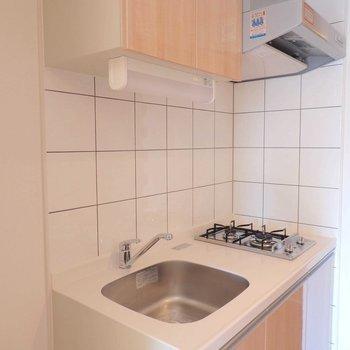 キッチンは嬉しい2口コンロ※写真は12階の反転間取り別部屋のものです。
