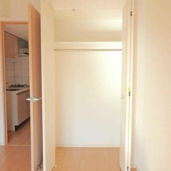 しっかり収納できるクローゼットです。※写真は12階の反転間取り別部屋のものです。