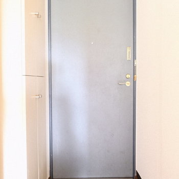 水色玄関かわいい♪※写真は3階の反転間取り別部屋、モデルルームのものです