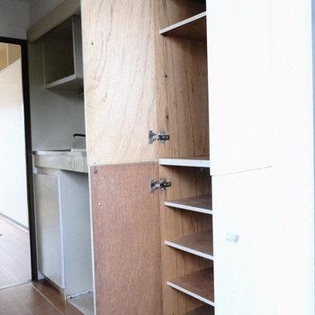 シューズBOXは上から下まで◎※写真は3階の反転間取り別部屋、モデルルームのものです