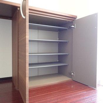 その分シューズボックスは2枚扉で容量十分。