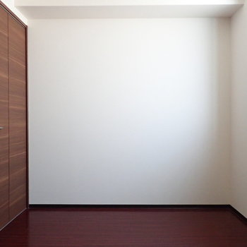 【洋室】ダブルベッドも置けそうな広さ。