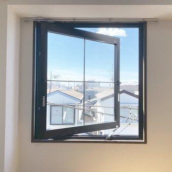 開放感あふれる窓があります。※写真は4階同間取り別部屋のものです