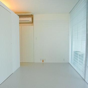 間接照明が入るとまた違った雰囲気に※写真は1階の同間取り別部屋のものです