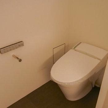 トイレもシンプル※写真は1階の同間取り別部屋のものです