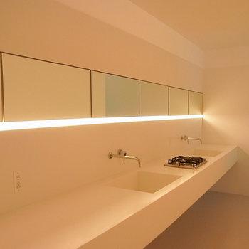 照明をつけると少し違う雰囲気に※写真は1階の同間取り別部屋のものです