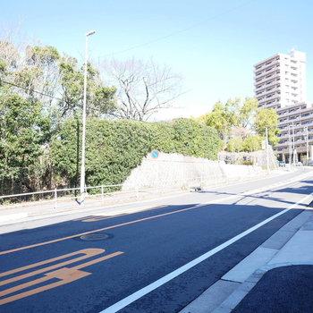 マンション前の緩やかな坂道