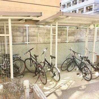 駐輪場はいくつかあります。屋根付きの駐輪場と、