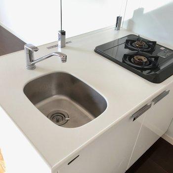 キッチンはコンパクトだけど、油カードは透明でオシャレだ〜!