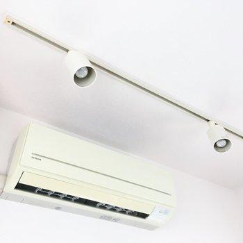 エアコンはリビング・洋室に1台ずつ。天井にはおしゃれなランティングレールまで!