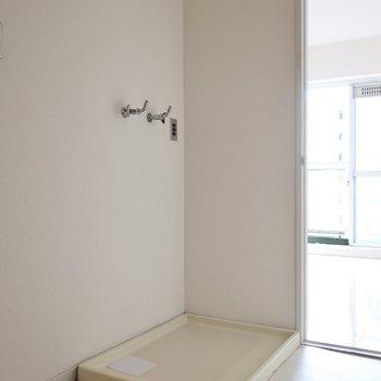洗濯パンは玄関ホールに。丸見えになるからちょっとイイ物置きたいな