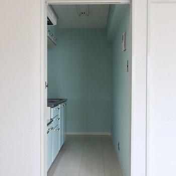 キッチンは美しいブルーの世界◎