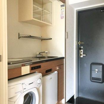 キッチン下に小さめの洗濯機と冷蔵庫が※写真は通電前のものです