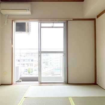 玄関側の和室。北向きだけどなかなか明るいよ。