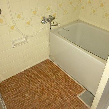 昔ながらのお風呂で温かみを感じます(※写真はフラッシュ撮影しています)