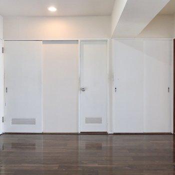 ドアもナチュラルな白ですっきり感(※写真は清掃前のものです)