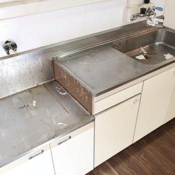 キッチンのガスコンロはやっぱり好きなデザインの使いたいですね(※写真は清掃前のものです)