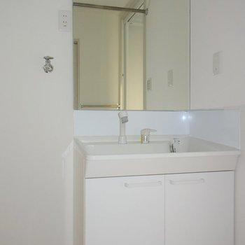 大きな鏡の洗面台です