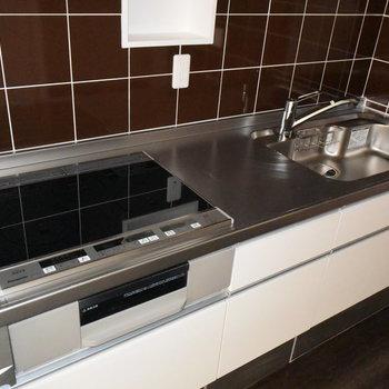タイル張りがかわいいキッチンで料理も楽しくなりそうですね