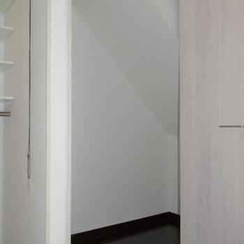 キッチン横のクローゼットは、階段下なので斜めになってます!