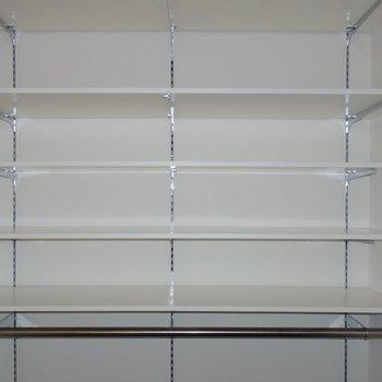 キッチン横の可動式棚は、ロール式のブラインドがついているので、お客様が来ても安心です