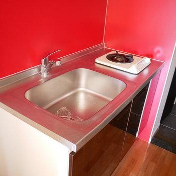 キッチンが大胆な色使い!コンロは1口※写真は別部屋