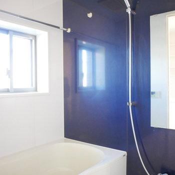 浴室は窓があって爽やかですね!※写真は別部屋
