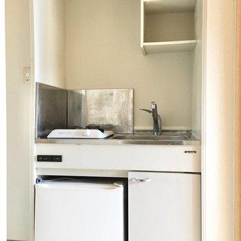 ミニ冷蔵庫付きのコンパクトキッチン。
